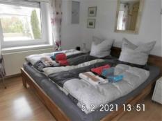 Das Ferienhaus Kolks Huus in Neuharlingersiel an der Nordsee ist ein Bungalow für 4 Personen und überzeugt mit 2 hellen Schlafzimmern für entspanntes und angenehmes Wohnen im Ferienhaus