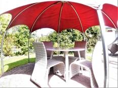 Für die Belegung und Buchung des Ferienhauses Kolks Huus in Neuharlingersiel ist der schattenspendende Pavillon auf der Terrasse im geschlossenen und gepflegten Garten vom 4-Personen Ferienhaus Kolks Huus in Neuharlingersiel sehr wichtig.