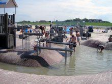 Wasserspielanlage Platschi am Strand von Neuharlingersiel an der Nordsee nahe dem Ferienhaus Kolks