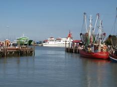 Hafen mit Fähre nach Spiekeroog in Neuharlingersiel an der Nordsee nahe dem Ferienhaus Kolks Huus
