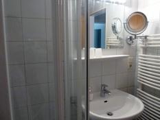 Badezimmer mit Fön und Handtuchheizung im Ferienhaus Kolks in Neuharlingersiel
