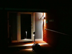 Beleuchteter, barrierefreier Zugang zum Ferienhaus Kolks Huus in Neuharlingersiel an der Nordsee, moderner Bungalow für 4 Personen nahe Strand und Hafen