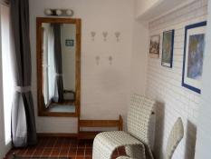 Heller Eingangsbereich mit Garderobe im Ferienhaus Kolks Huus in Neuharlingersiel an der Nordsee, Bungalow für 4 Personen mit 2 Schlafzimmern für einfach schöne Ferien an der Nordsee