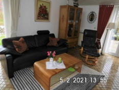 Fotos vom hellen und komfortablen Wohnen mit Ledermöbeln im Ferienhaus Kolks Huus in Neuharlingersiel, Bungalow für 4 Personen mit 2 Schlafzimmern, großem gepflegten Garten und 2 Terrassen für einfach schöne Ferien an der Nordsee